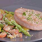 Hamburguesa de atún con ensalada de espárragos y nuez
